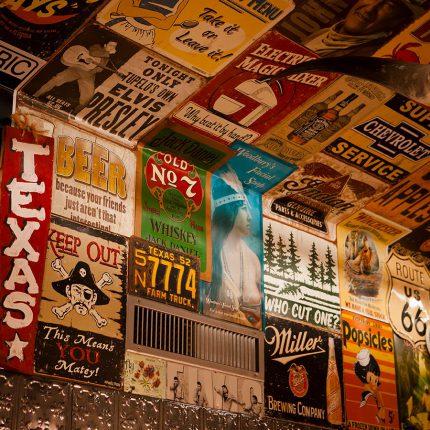 BBQ Longhorn Smokehouse – Schilder an der Wand