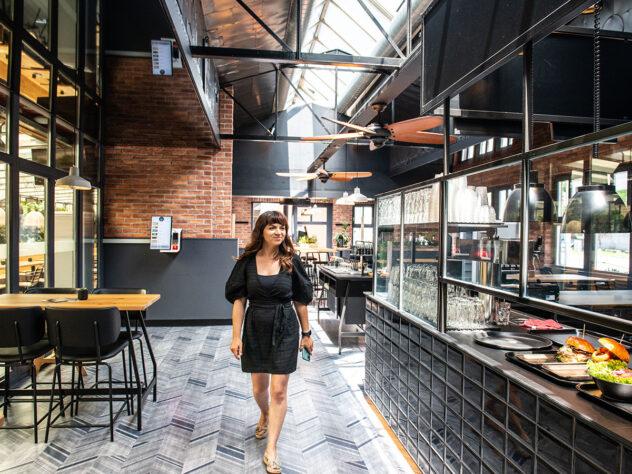 Burgercraft – Kundin im Lokal